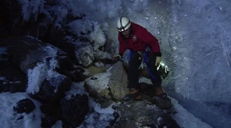 Ледяные пещеры у подножья