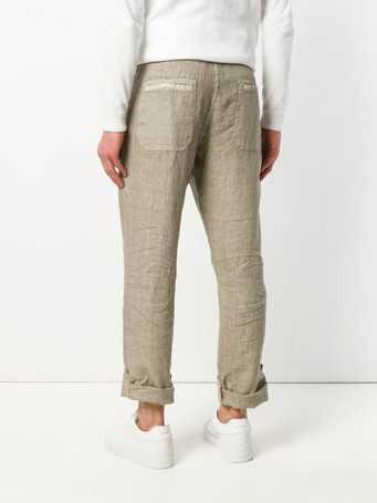 25ab03f1d78 Бежевые зауженные брюки можно сочетать с коричневым пиджаком, синей  рубашкой из шамбре с длинным рукавом, черным галстуком, элегантными дерби  глубокого ...
