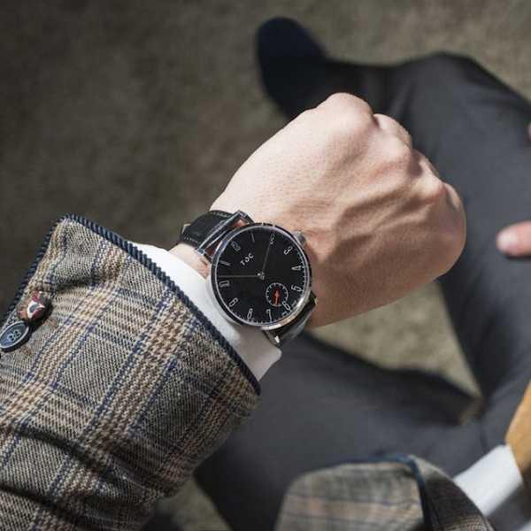 Зачем мужчины носят часы циферблатом вниз